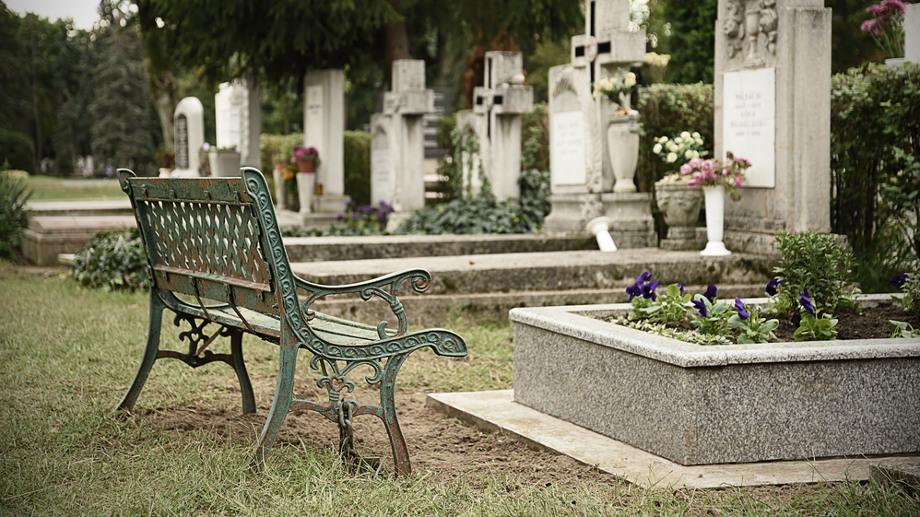 Pohodlné lavičky pre cintorín